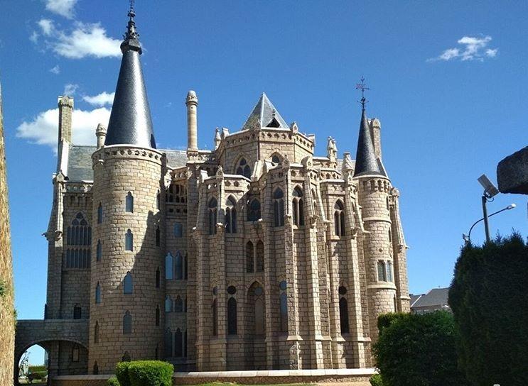 Palacio de Gaudí trasera